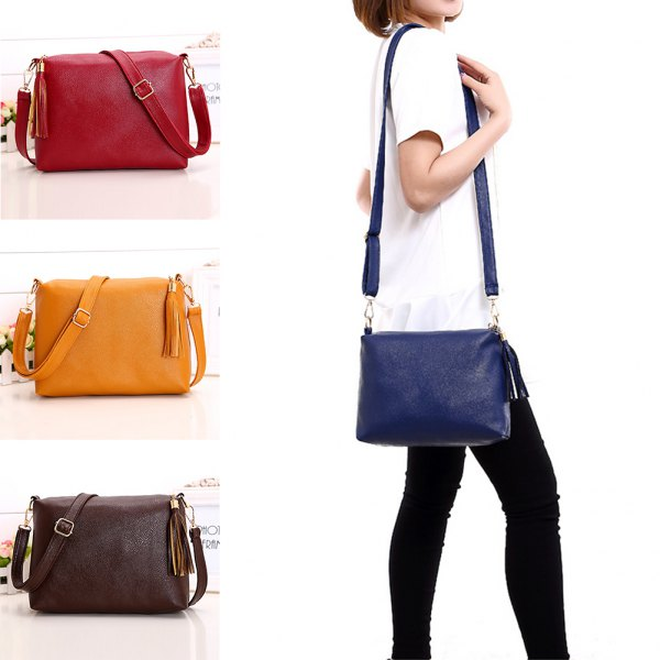 white short-sleeved blouse with black skinny jeans and dark blue leather bag