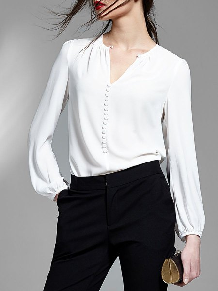 white blouse with V-neck and black skinny jeans