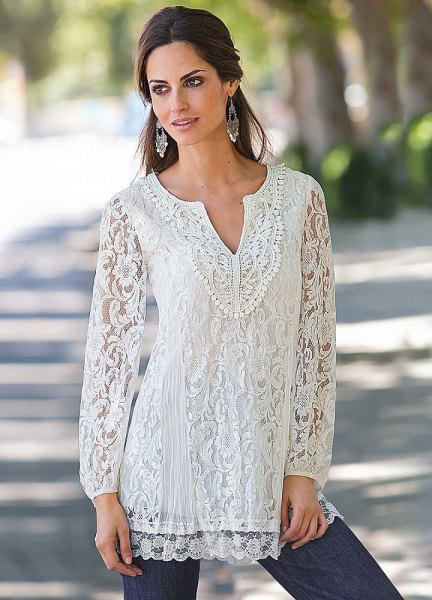 white tunic blouse with V-neckline and skinny jeans