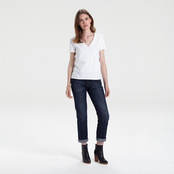 white V-neck T-shirt and dark blue skinny jeans with cuffs
