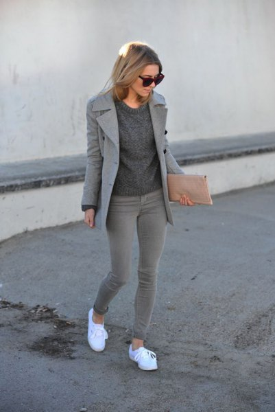 Wool coat with a knitted sweater with a round neckline and gray skinny jeans