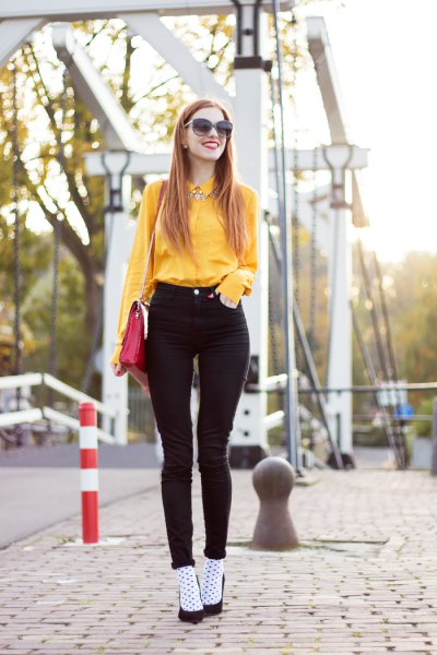 yellow shirt with buttons and black skinny jeans