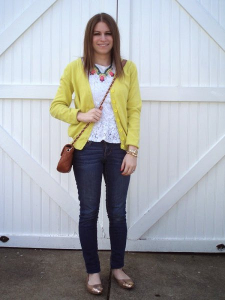yellow cardigan with white lace top and skinny jeans