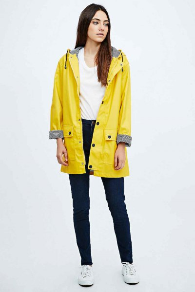 yellow raincoat white vest top skinny jeans