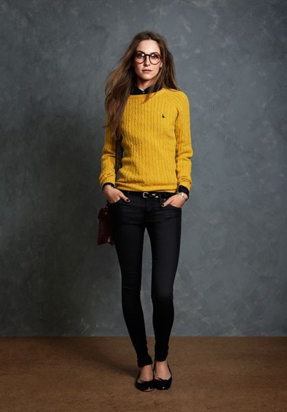 yellow ripped sweater with black shirt and skinny jeans