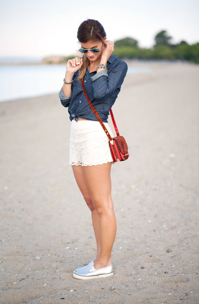 How To Wear White Lace Shorts